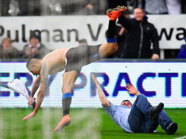 El festejo del agónico gol de Newcastle terminó en un verdadero blooper.