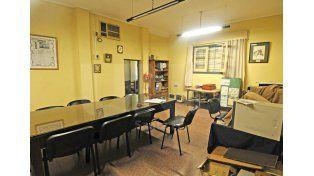 Charlas. El amplio salón de reuniones se encuentra junto a la secretaría./ José Busiemi.