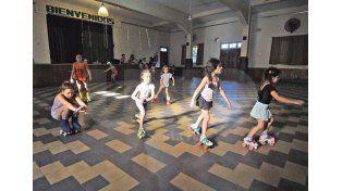 Belleza. Chicas de todas las edades se congregan varias veces a la semana para aprender patín artístico./ José Busiemi.