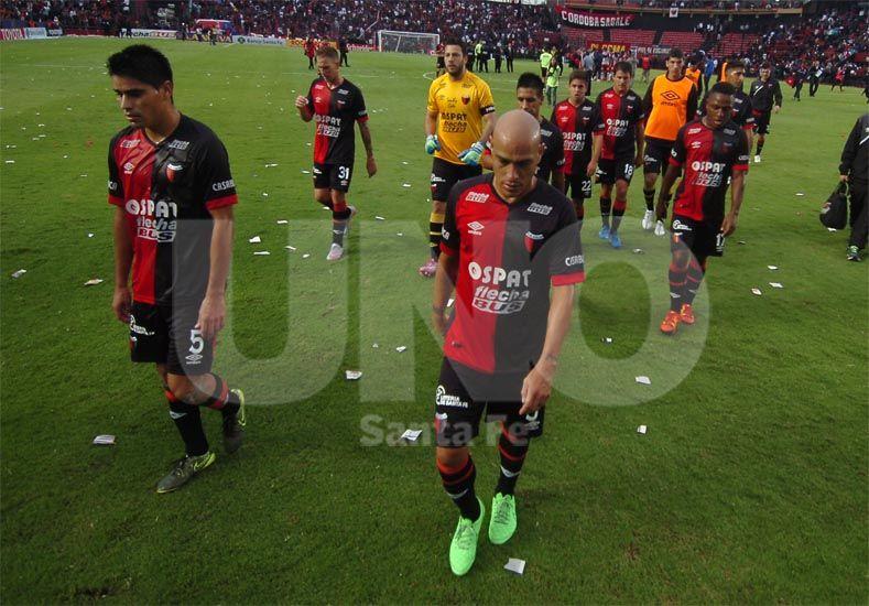 Los jugadores sabaleros se retiran derrotados luego de jugar un mal partido y ser superados por su rival / Foto: Juan Manuel Baialardo - Uno Santa Fe