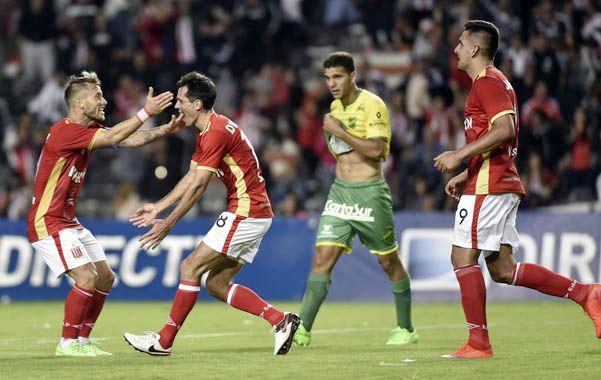 Festejo Pincha. Solari celebra el segundo gol junto a la Gata Fernández.
