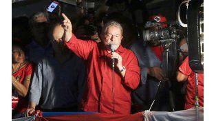 En su salsa. Lula se mostró firme y reiteró la hipótesis del complot contra Rousseff y él mismo.