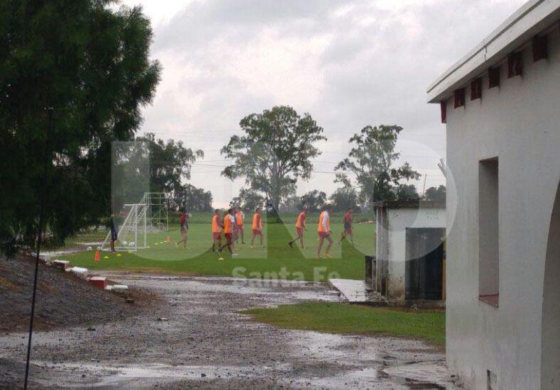 A pesar de la lluvia los jugadores realizaron la práctica este viernes en Casasol.