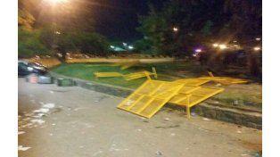 Los destrozos que dejaron los hinchas de Central a su paso. (foto Twitter: @Sport890)