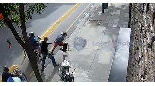 Un turista se defendió de dos motochorros que querían robarle la bici y la cámara