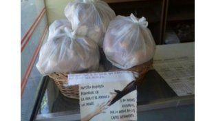 Un panadero regala pan del día anterior