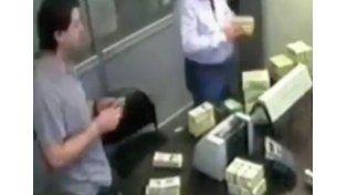 El hijo de Lázaro Báez, filmado contando pilas de dólares en una cueva