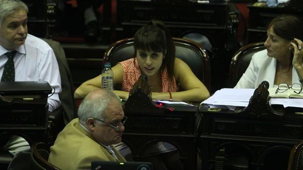 Victoria Donda cruzó a Axel Kicillof en plena sesión: Ponete las plumas para hablar