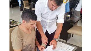 Barsottini firmó este martes su incorporación a Colón / Foto: Gentileza Cesar Merlo