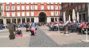 Video: ¿Primer mundo? Hinchas holandeses humillan a mujeres indigentes en una plaza