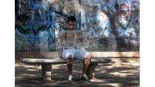 Víctor Figueroa observa detenidamente el uno por uno que habitualmente realiza Ovación. Foto: Juan Baialardo / UNO Santa Fe