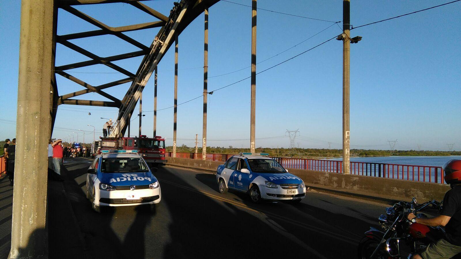 Así rescataron al hombre que había trepado al Puente Carretero