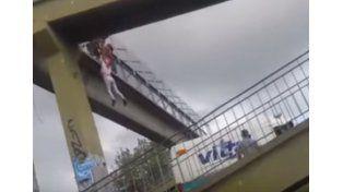 Un policía salvó a una mujer que quiso suicidarse y quedó colgada de un puente