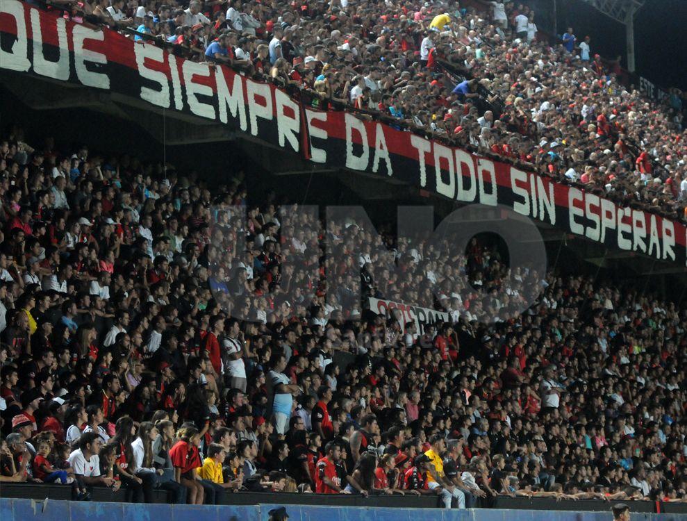 Reventó. El estadio Brigadier López lució a pleno en una noche inolvidable para los hinchas de Colón