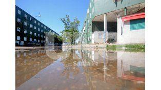 Viejo reclamo. La acumulación de agua frente a la escuela Bolívar. Foto: Mauricio Centurión / UNO Santa Fe