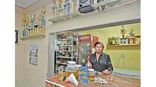 En el bar. El reconocido Venita est   á encargado de la atención al público.