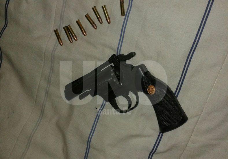 El arma de fuego y los proyectiles secuestrados durante los allanamientos
