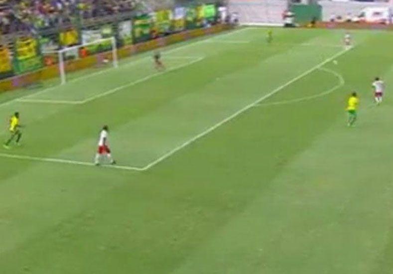 El insólito error del arquero de Defensa y Justicia en el primer gol de Huracán