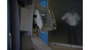 Importantes daños en el sector de cajeros automáticos del banco Francés. (Foto La Capital/Celina M. Lovera)