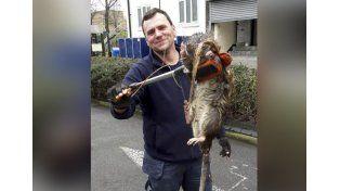 Se sacó una foto con la rata más grande del mundo