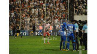 En la imagen se observa a Britez totalmente sorprendido por la postura que en ese momento tomó el árbitro / Foto: José Busiemi - Uno Santa Fe