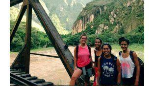 Las chicas asesinadas en una foto junto a otras viajeras en Montañita.