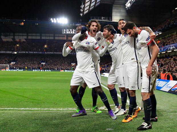 Festejo alocado de Di María y compañía tras el triunfo de PSG sobre Chelsea.