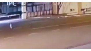 Un video muestra a un supuesto extraterrestre caminando por la calle