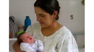 La flamante mamá con su bebé./ gentileza Radio EMME.