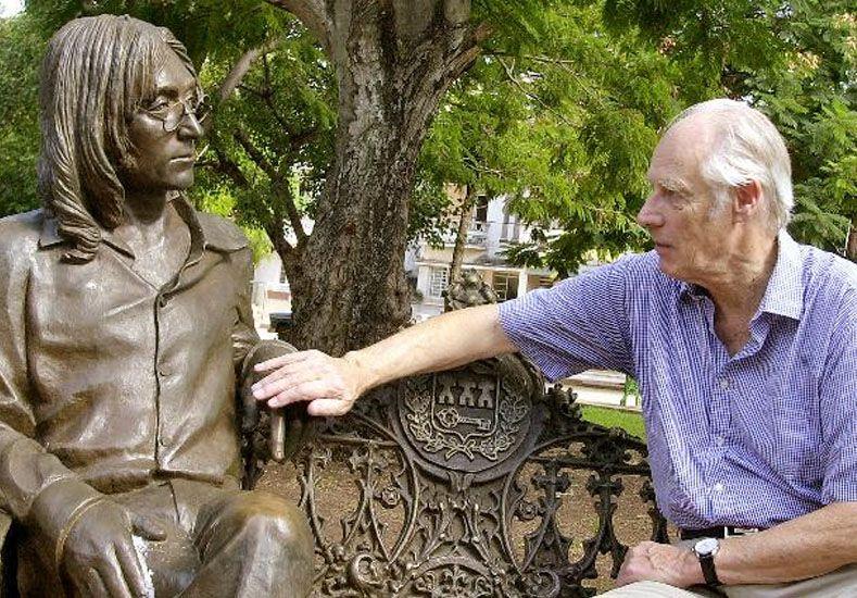 Martin toca la estatua de John Lennon ubicada en el barrio Vedado