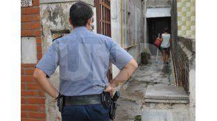 Limpieza. Una mujer baldea el pasillo en el que cayó herido de muerte Daniel González