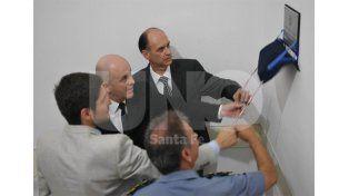 El momento del acto en el que se descubre la placa con el nombre del ex comisario Odriozola / Foto: Juan Manuel Baialardo - Uno Santa Fe