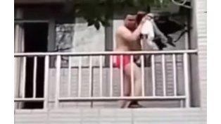 El escape de un amante en ropa interior por un balcón hace furor en Youtube