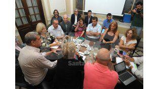 Doble turno. Los miembros paritarios se reunieron por la mañana pero recién al final de la tarde llegaron a un acuerdo / Foto: Manuel Testi - Uno Santa Fe