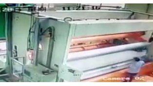 Una imprenta se tragó a un empleado que inspeccionaba la máquina y murió en el acto
