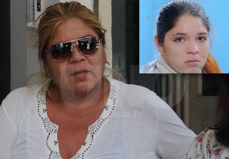 Con mucha entereza. La madre de la joven asesinada junto a Liliana Loyola