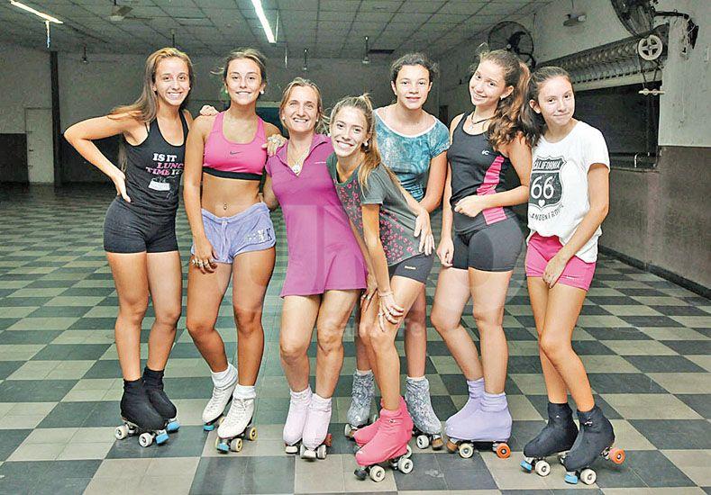-Sobre patines. Las chicas encuentran en la Vecinal un lugar ideal para el desarrollo de esta actividad. Fotos UNO/Manuel Testi