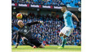 El Kun se la pica al arquero de Aston Villa para anotar su primer gol