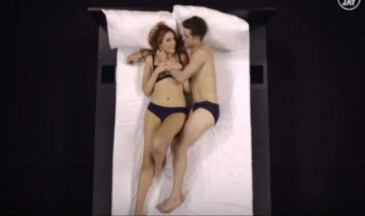 Un reality hace que dos extraños vayan a la cama durante 30 minutos