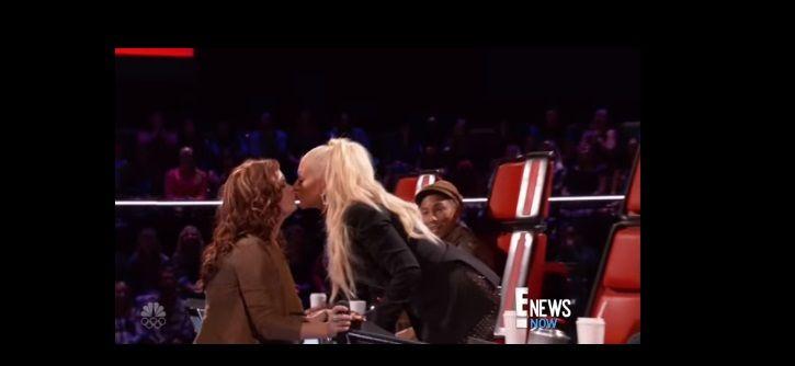 Christina Aguilera besó a una mujer en televisión