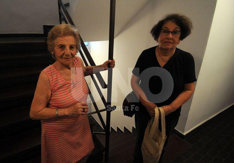 Inquilinos de un edificio reclaman por la salida de servicio de un ascensor