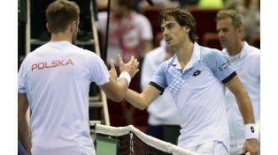 Guido Pella saluda a Michal Przysiezny tras vencerlo en tres sets. (Foto: AP)