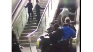 El intempestivo cambio de dirección de una escalera mecánica provoca un grave accidente