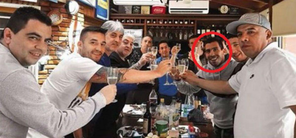 Polémica foto de Tevez brindando con la barra de Boca