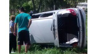 Así quedó el auto en el cual se trasladaban los delincuentes tras el tiroteo./ gentileza Juan Eduardo Volkart. FM sensación Coronda.