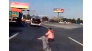 Un nene cayó del baúl de una camioneta en medio de la calle y se salvó de milagro