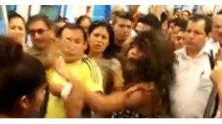Una chica no cedió su asiento y recibió una brutal paliza de otros pasajeros