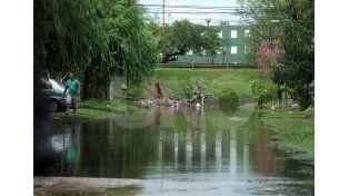 Barrio Chalet. El agua generó complicaciones en esa zona cuando arrancaba la jornada laboral / Foto: Mauricio Centurión - Uno Santa Fe