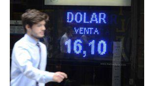 Las pizarras marcan que el dólar llegó a los 16.10 pesos.
