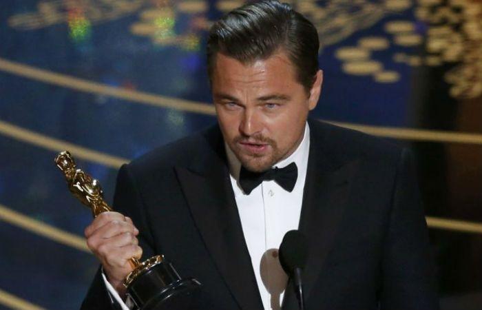 Leonardo DiCaprio da su discurso con el Oscar entre sus manos.